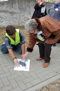 Überlebende und Schüler aus Berlin markieren den Weg der Häftlinge vom Bahnhof Fürstenberg ins Lager